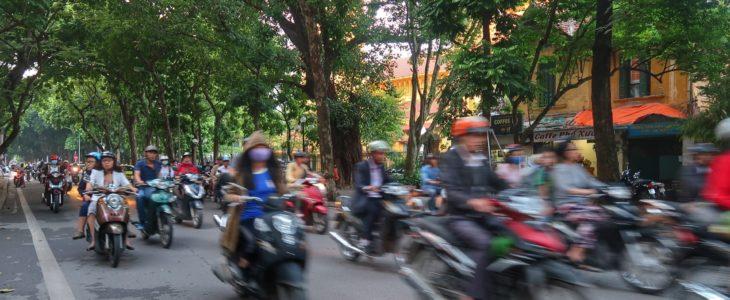 De travle gade i Hanoi by
