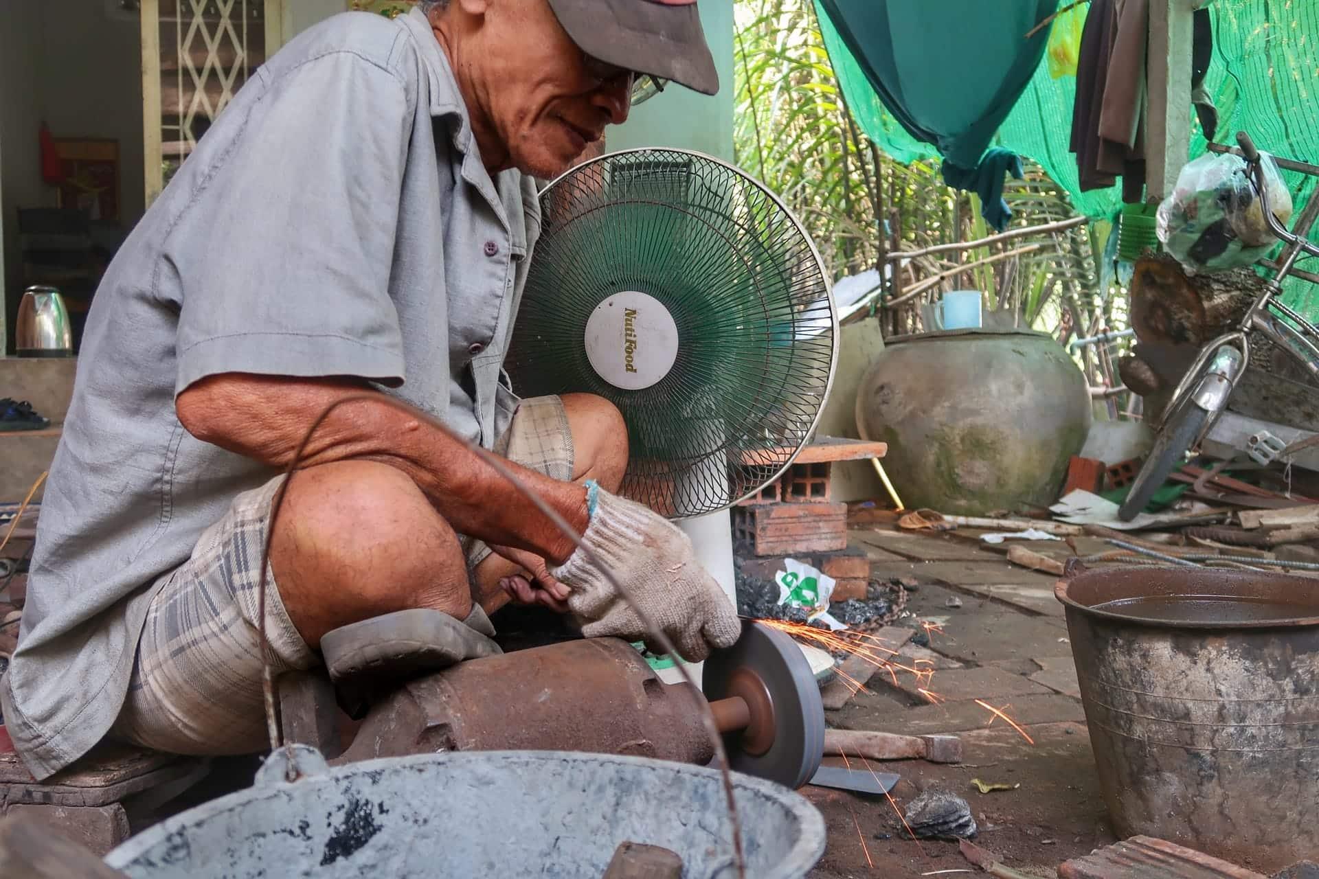 Mand laver knive af gammelt jern