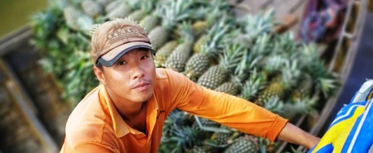 Mand sælger frugt på Mekong River