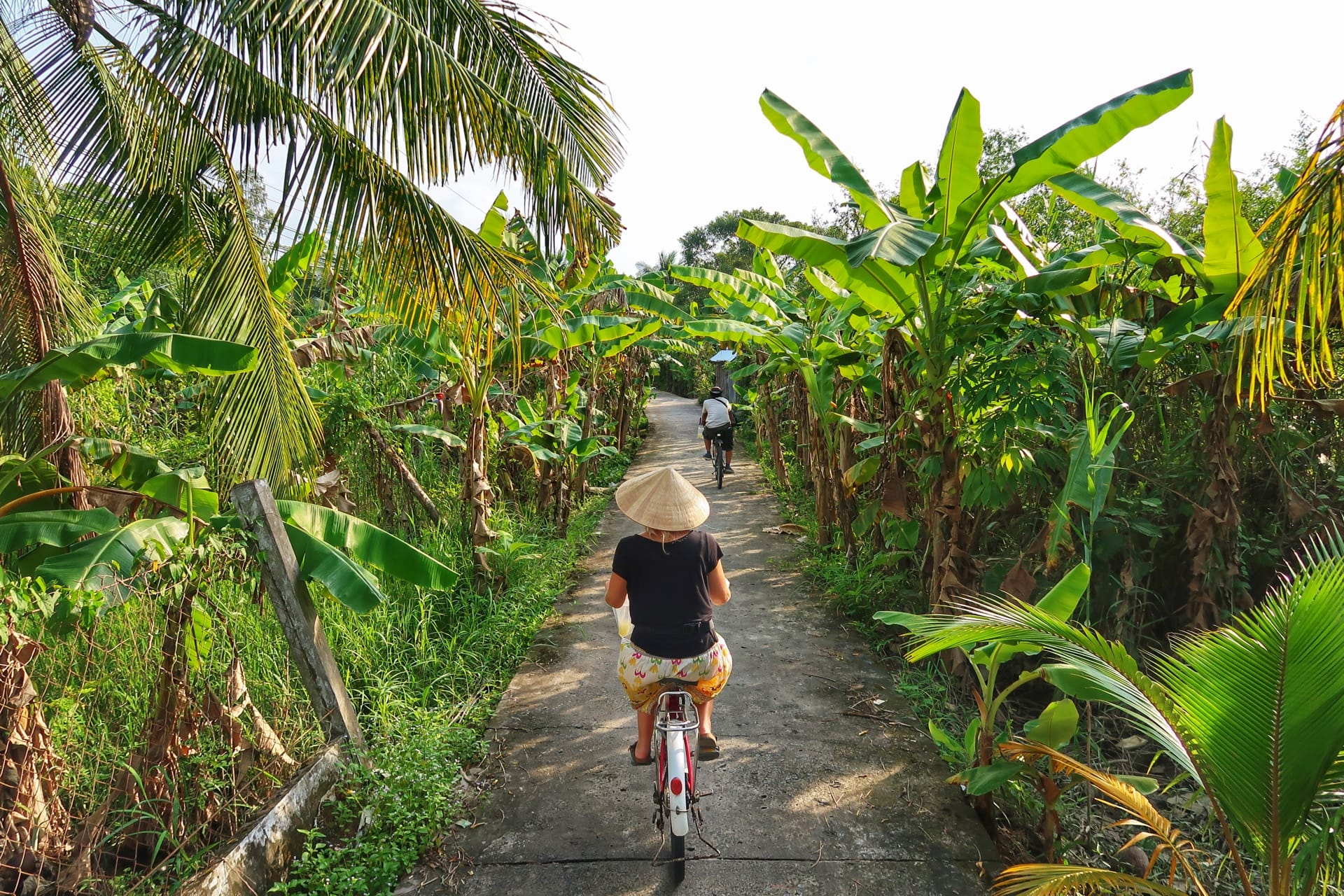 Maria cykler langs Mekong River