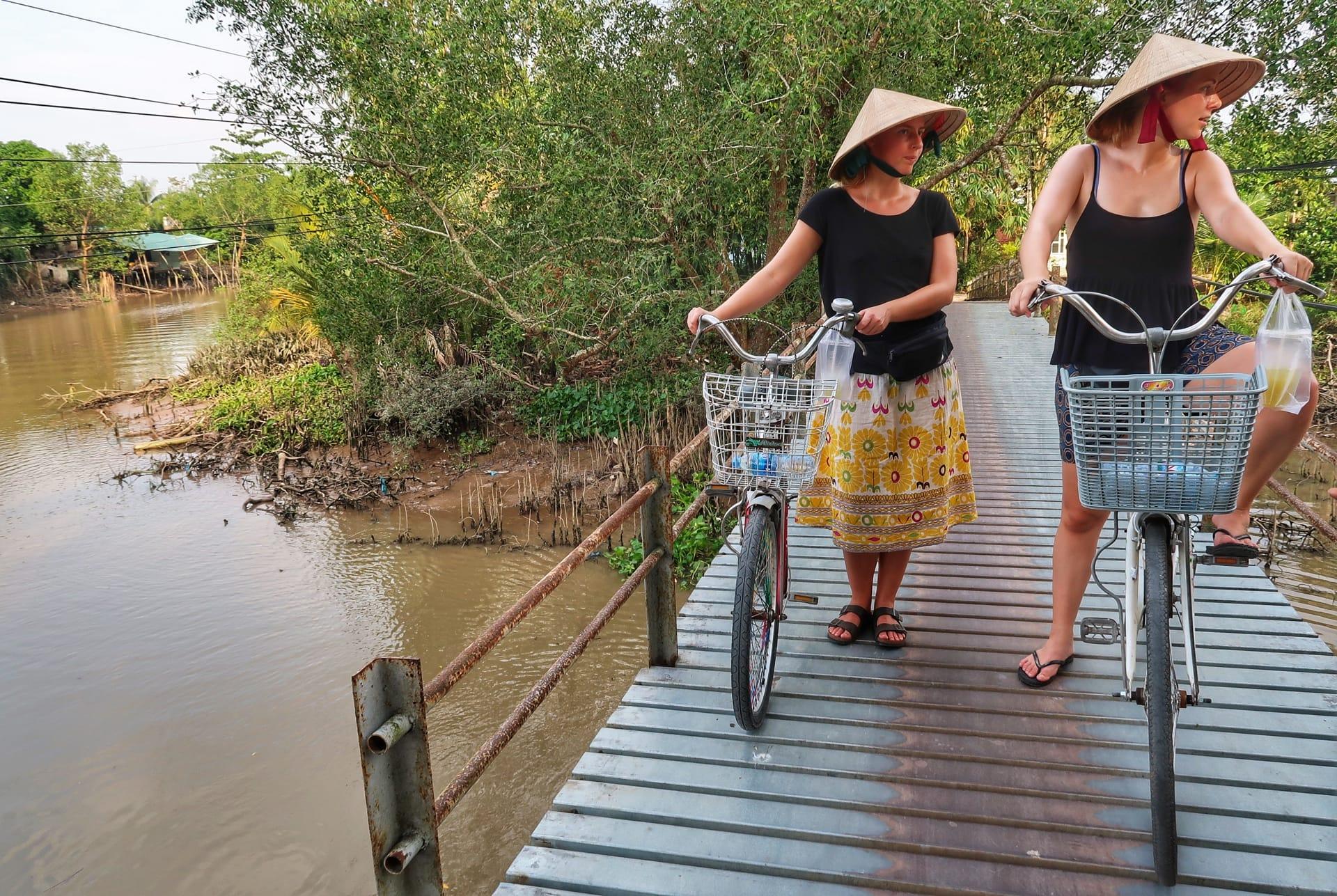 Maria og Sabine cykler langs Mekong River