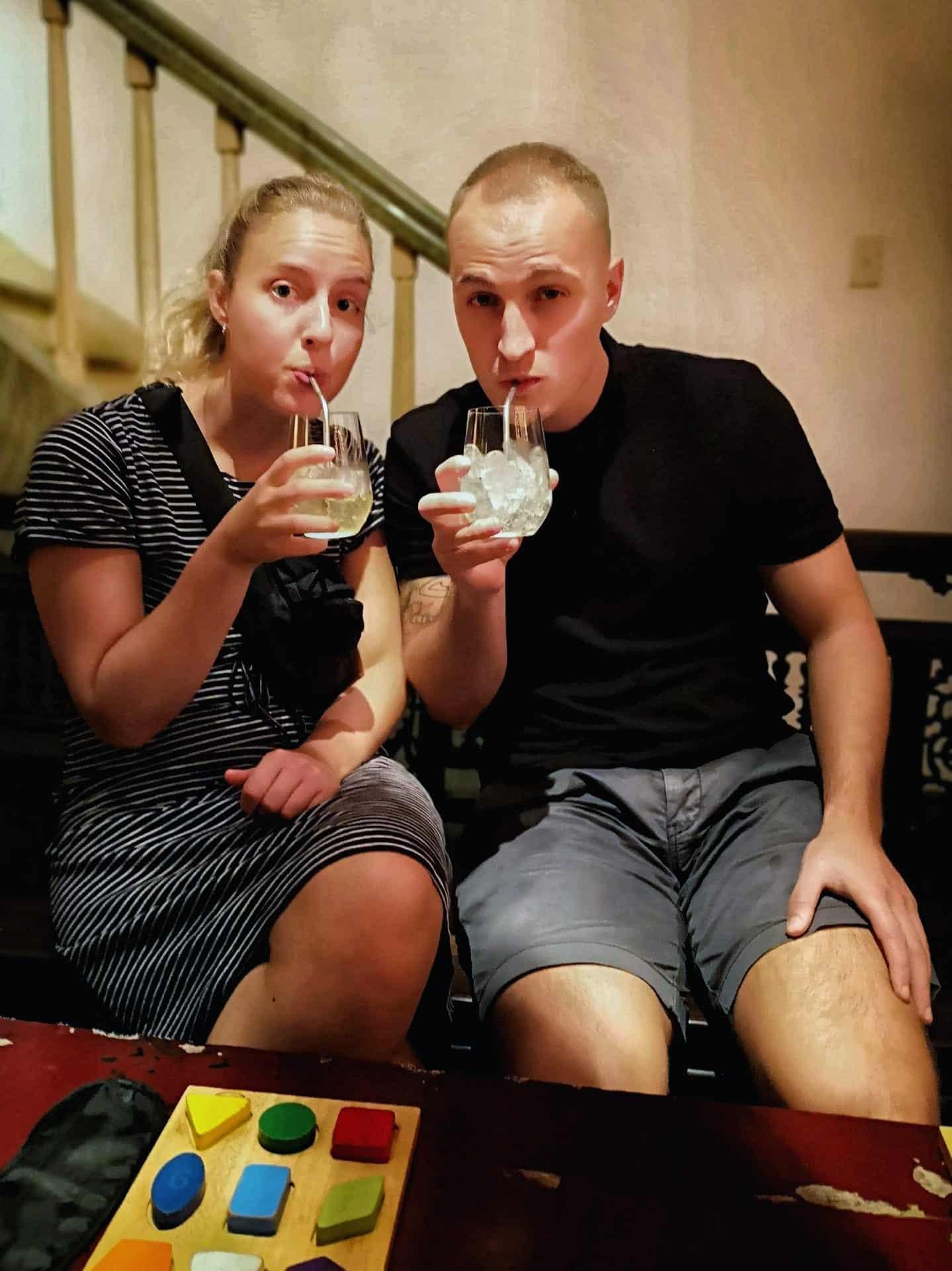 Noir i Ho Chi Minh - Maria og Anders drikker drink