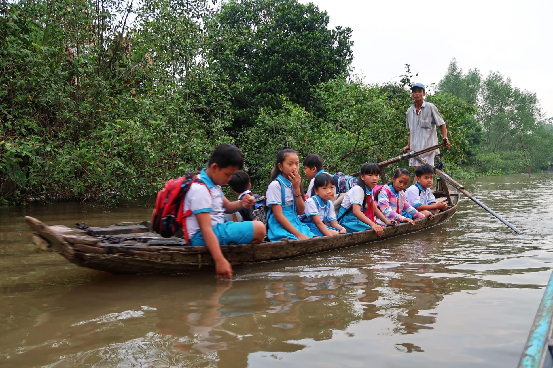 Skolebørn bliver sejlet i skole
