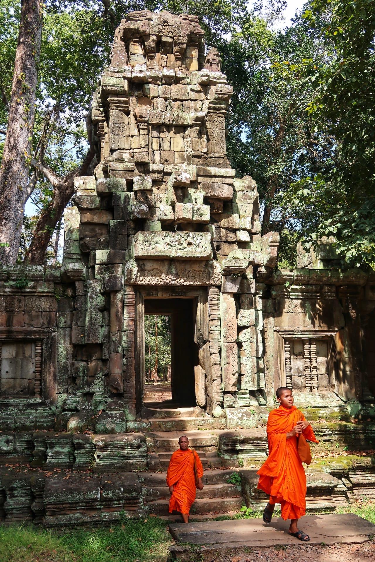 Tempelindgang med munke